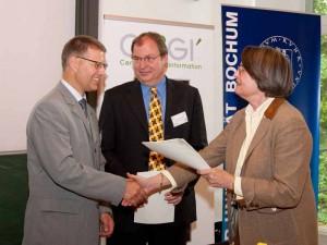 Dr. Bodo Bernsdorf, Dr. Carsten und Frau Minister Thoben mit dem Fördermittelbescheid