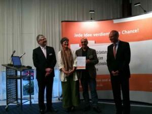 Jörg Dannenberg von Start2grow gratuliert D. Linnenbrink und J. Eshaghi zu 10.000 Euro