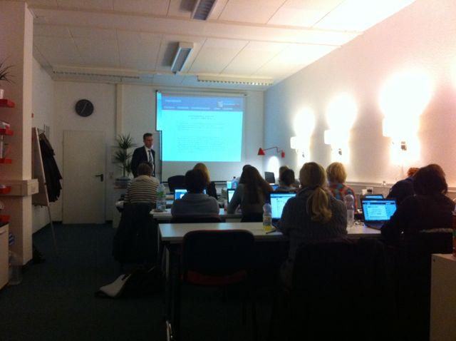 Unterricht beim Lehrgang zum Social Media Manager: Rechtsanwalt Maik Swienty zum Thema Social Media Recht