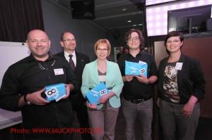 Julia Manasterni (rechts) von ObjectCode mit den glücklichen Gewinnern und Verlosungsmoderator Christoph Grundmann
