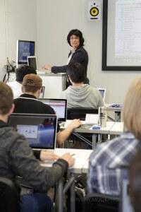 Eva Ihnenfeldt vor Studenten