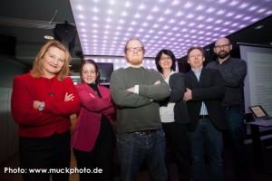 Da ist es! Das ganze BarSession Orga-Team unrahmt Prof. Tim Bruysten