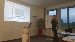 Kerstin Zulechner moderiert die Diskussion