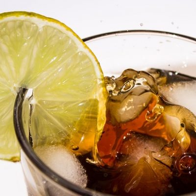 https://pixabay.com/de/cola-getr%C3%A4nk-limonade-coke-lecker-1960326/